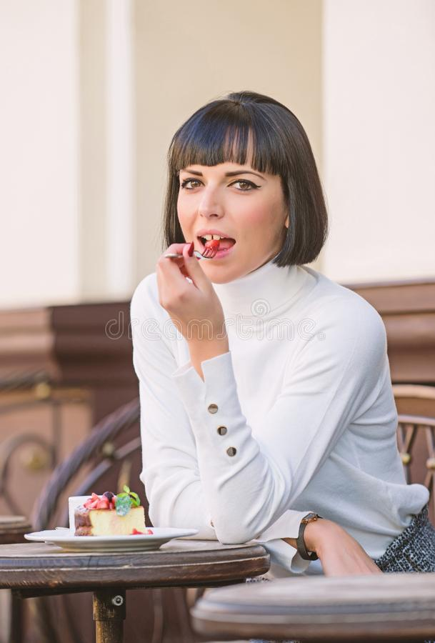 Znakomity smak Dziewczyna relaksuje kawiarni z tortowym deserem Kobiety atrakcyjna elegancka brunetka je smakosz kawiarni tortowe obraz stock