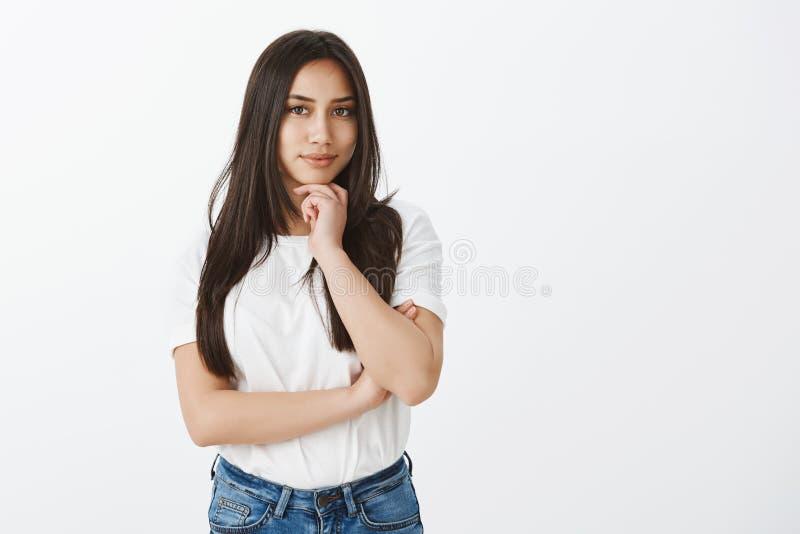 Znam dlaczego rozdawać z tobą Ufna mądrze europejska kobieta z garbnikującą skórą w białej koszulce i cajgach trzyma rękę dalej, obrazy royalty free