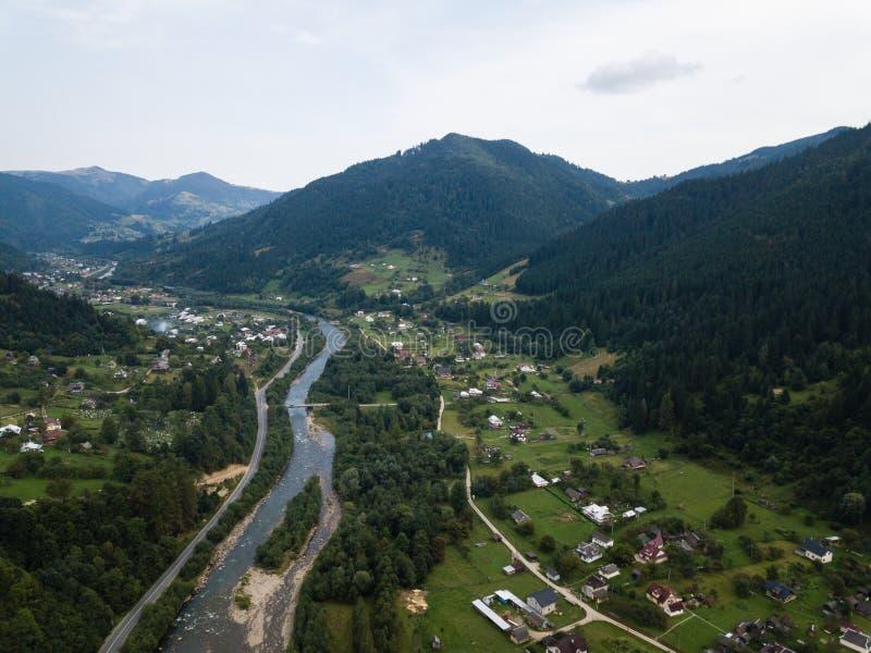 Znana zielona wioska turystyczna Kryworivnia w górach Karpat latem, typowy krajobraz w Parku Narodowym Hutsulszczyzna w zdjęcie stock