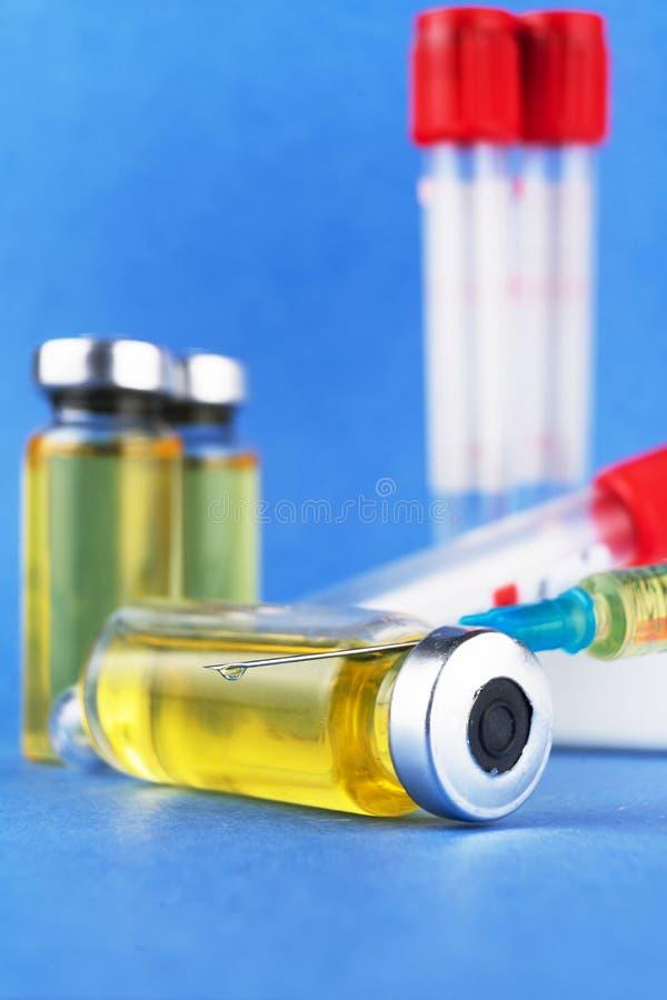 Znawca prawny, podaje doping, narkotyzują w szklanych zbiornikach i klingeryt ruruje dla krwionośnej kolekci dla testów na błękit obraz stock