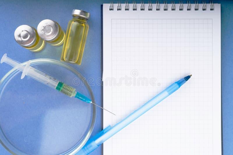 Znawca prawny, podaje doping, narkotyzują w szklanych zbiornikach i klingeryt ruruje dla krwionośnej kolekci dla testów na błękit obraz royalty free