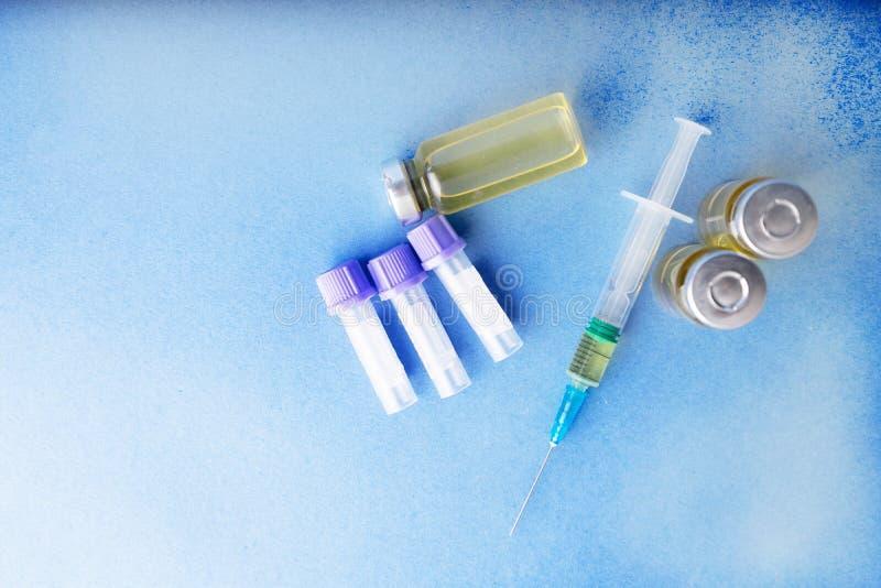Znawca prawny, podaje doping, narkotyzują w szklanych zbiornikach i klingeryt ruruje dla krwionośnej kolekci dla testów na błękit zdjęcie stock