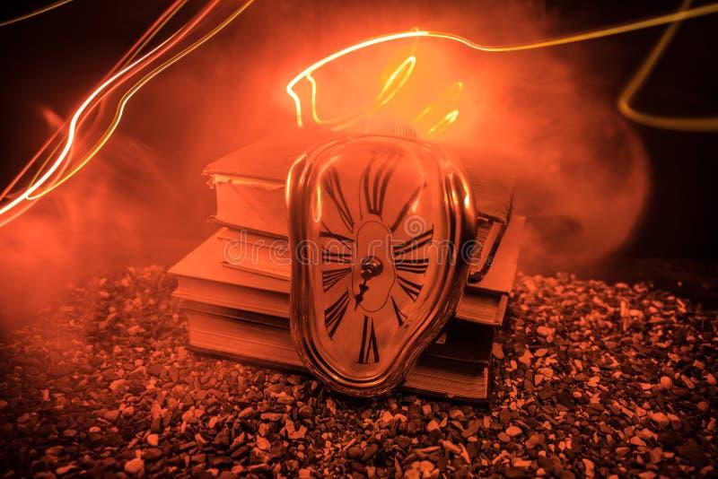 Zniekształcający miękki stapianie zegar na drewnianej ławce uporczywość pamięć Salvador Dali fotografia stock