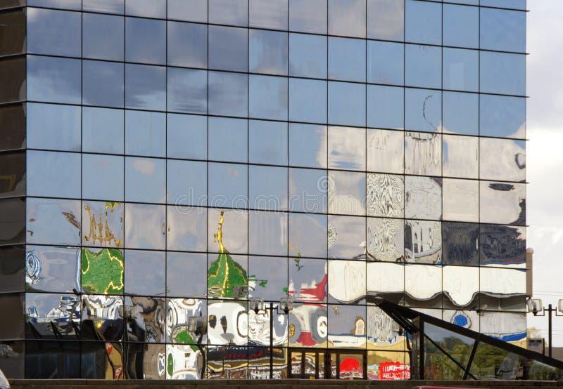 Zniekształcający odbicie budynek stylizowany dla Rosyjskiego łuku fotografia stock
