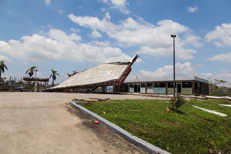 Zniszczenie stacja benzynowa w miasto półdupkach drucik obrazy royalty free