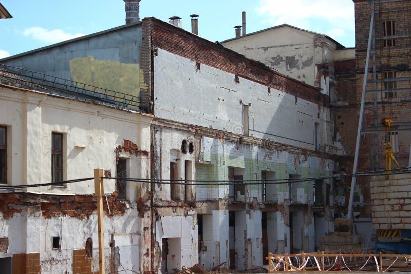 Zniszczenie stary budynek, odbudowa, zmiany strukturalne budowa, wysoki żuraw pracuje na miejscu _ zdjęcie stock