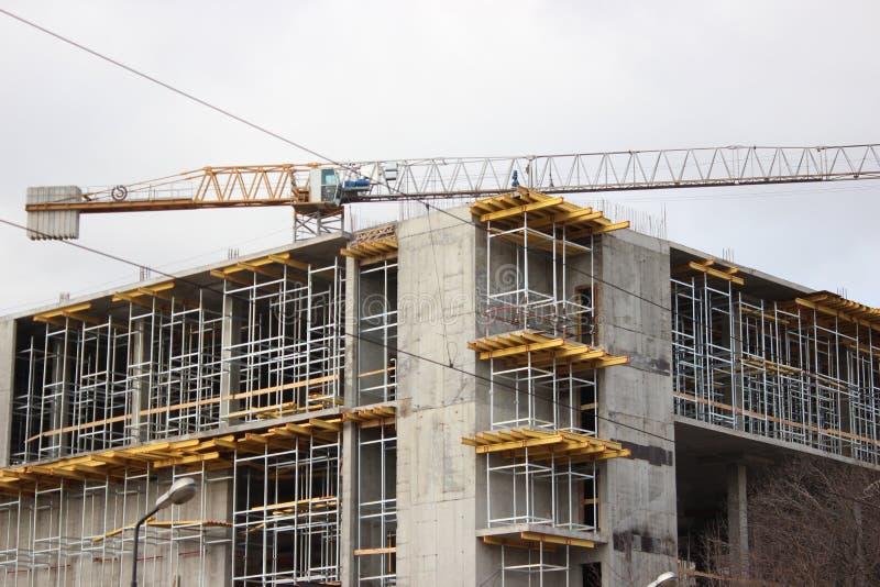 Zniszczenie stary budynek, odbudowa, zmiany strukturalne budowa, wysoki żuraw pracuje na miejscu _ zdjęcia stock