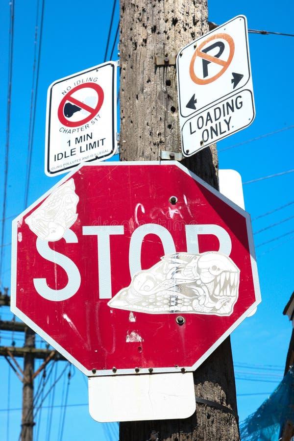 Zniszczona ruchu drogowego znaka opłata wandalizm zdjęcie stock