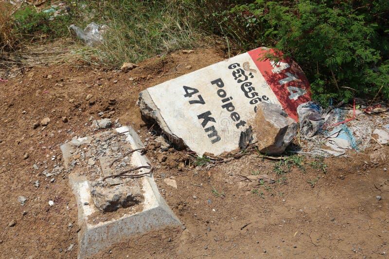 Zniszczony drogowego znaka kłamstwo blisko drogi w Kambodża zdjęcia royalty free