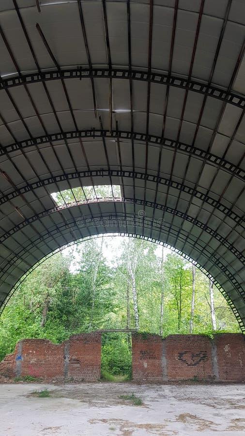 Zniszczony hangar z krzakami zdjęcie stock