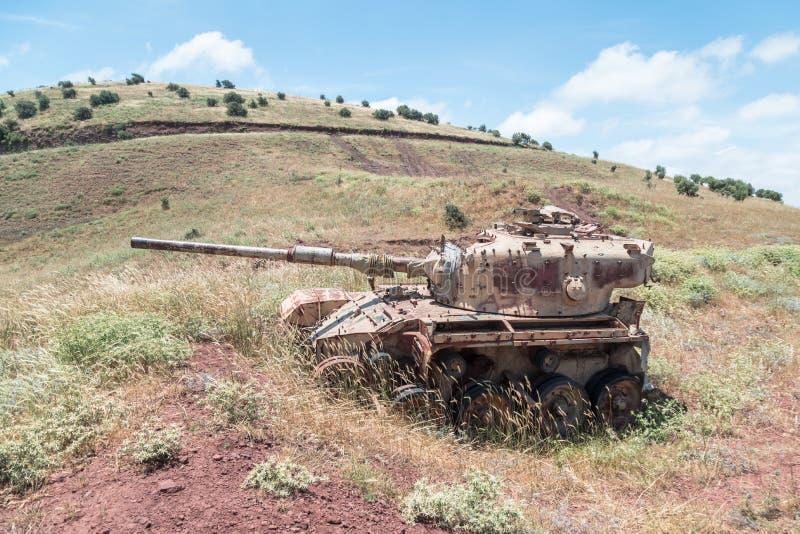 Zniszczony Izraelicki zbiornik jest po dnia zagłady Yom Kippur wojny na wzgórze golan w Izrael, blisko granicy z Syrią zdjęcia royalty free