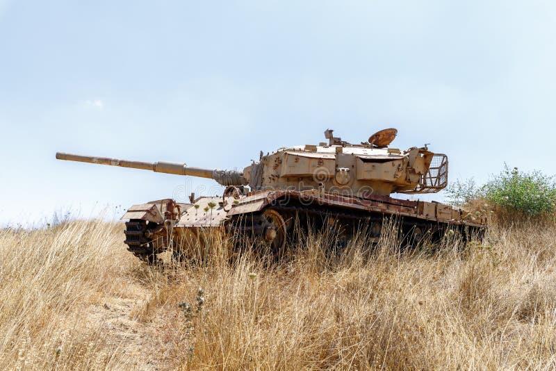 Zniszczony Izraelicki zbiornik jest po dnia zag?ady Yom Kippur wojny na wzg?rze golan w Izrael, blisko granicy z Syri? obraz stock