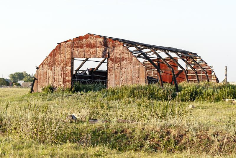 Zniszczony metalu hangar w wsi obraz stock