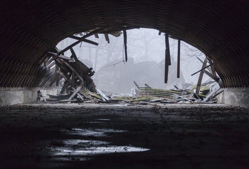 Zniszczony militarny hangar obrazy stock