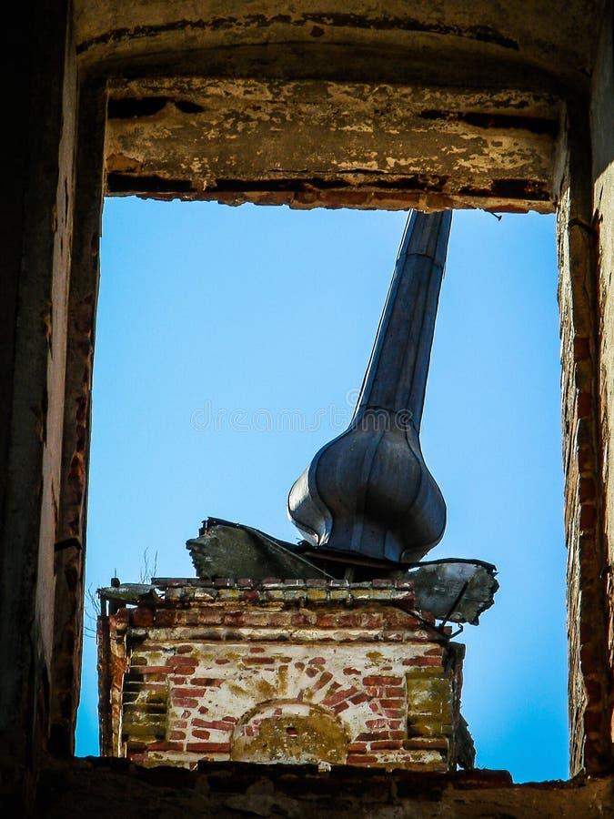 Zniszczony Ortodoksalny kościół St Nicholas w wiosce Olchi w Kaluga regionie Rosja fotografia stock