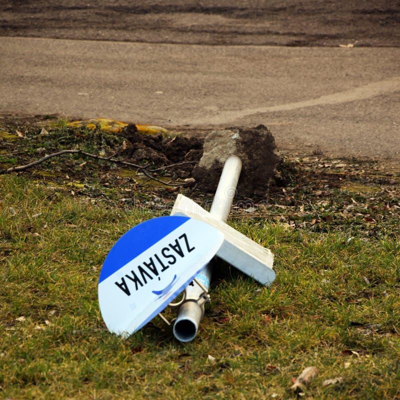 Zniszczony znak Zastà ¡ vka - Autobusowa przerwa - zdjęcie stock