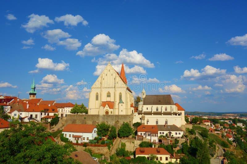 Znojmo全景与圣尼古拉斯一个哥特式教会的在捷克Kostel Svateho Mikulase,南摩拉维亚,捷克 免版税库存照片