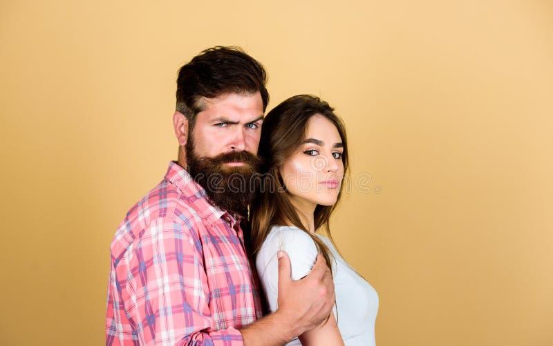 Zo dicht Man omhelzings mooie vrouw Gebaarde hipsterknuffel met donkerbruin meisje Voel zijn hartstocht Schrijf aanraking in Sens royalty-vrije stock foto's