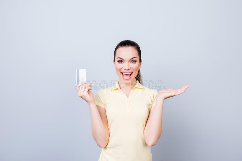 Zo gemakkelijk! Het opgewekte gelukkige meisje heeft online het winkelen in Internet gedaan royalty-vrije stock foto's
