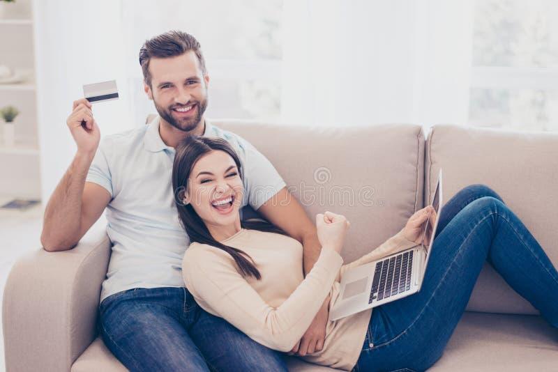 Zo gemakkelijk! Opgewekt gelukkig paar die online het winkelen in Internet doen royalty-vrije stock foto