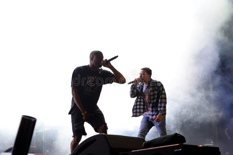 ZO VLUG MOGELIJK Rotsachtig (rapper van Harlem en lid van de hiphop collectieve ZO VLUG MOGELIJK Menigte) in overleg bij Sonarfes stock afbeeldingen