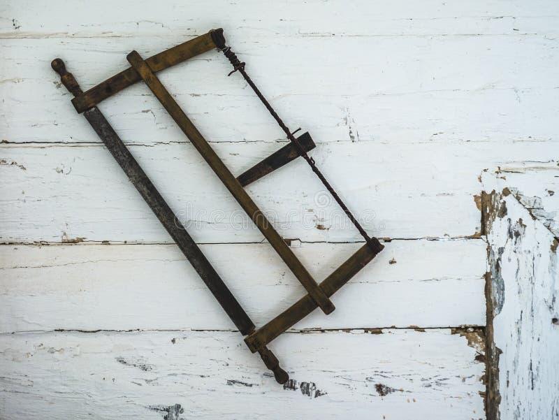 Zobaczył obwieszenie na ścianie stary dom zdjęcie royalty free