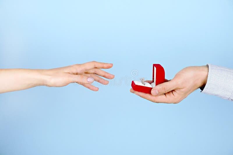 Zobowiązanie, małżeństwo, poślubiać propozyci scenę/ Zamyka up mężczyzna wręcza drogiej złocistej platynie diamentowego pierścion zdjęcia stock