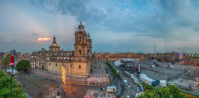 Zocalo kwadratowa i Wielkomiejska katedra Meksyk zdjęcia stock