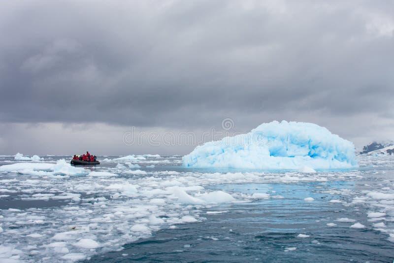 Zodiak framme av glaciären fotografering för bildbyråer