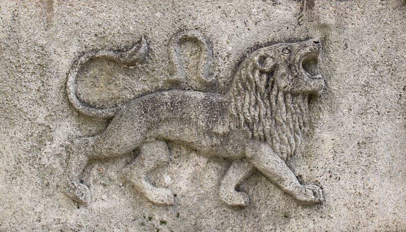 Zodiak - lejon, en stenlättnad arkivfoto