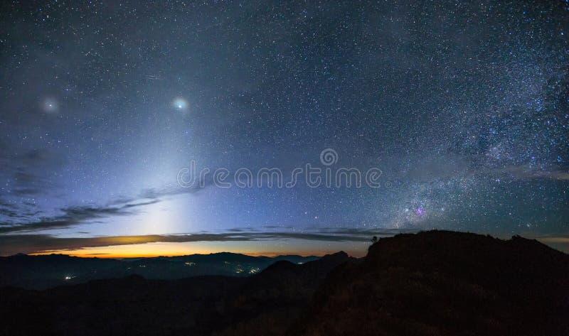 Zodiakalny światło i milky sposób nad górą przy wczesnym morn zdjęcia stock