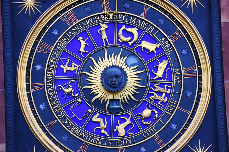Zodiaktecken på klockan royaltyfri foto