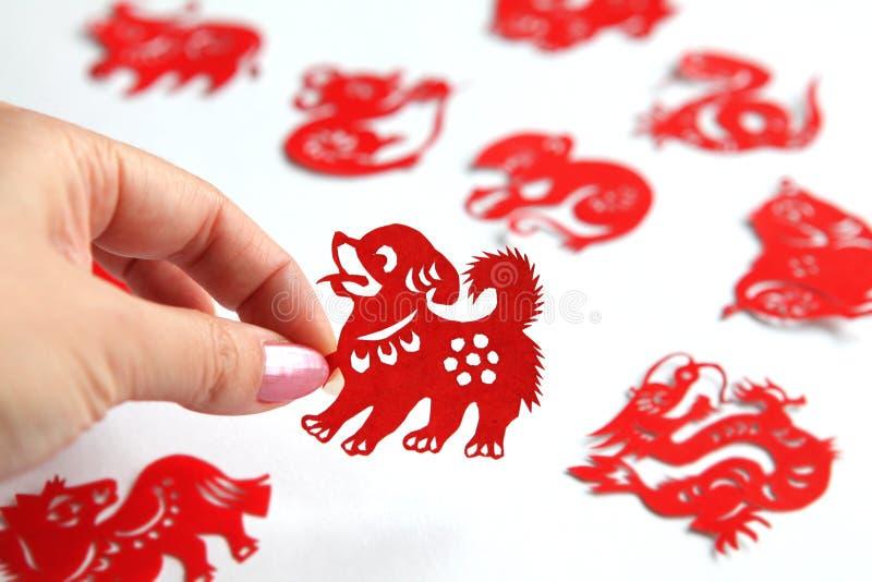 Zodiaque chinois papercutting, année de chien image stock