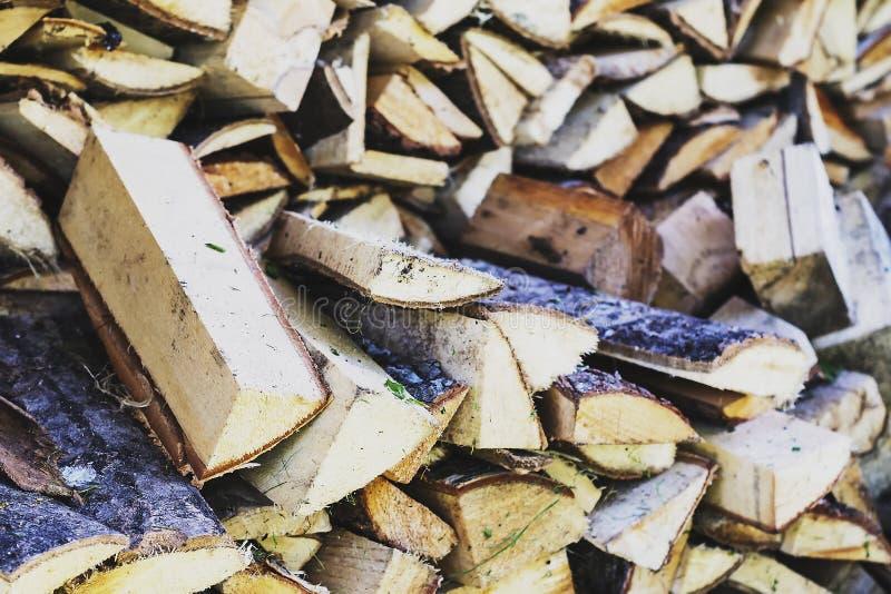 Zodra een stapel van gehakt hout stock foto's