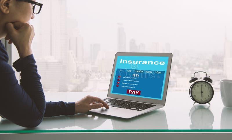 Zoek naar verzekering online stock afbeelding
