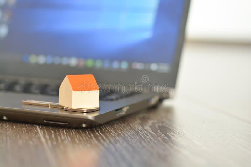 Zoekend en vindend een nieuw huis op Internet die online een computer met behulp van royalty-vrije stock afbeeldingen