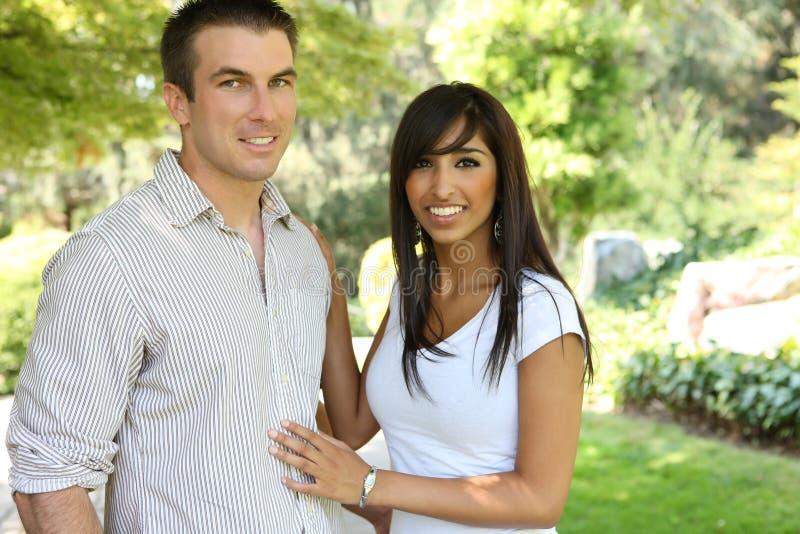 Zoet Aantrekkelijk Paar in Park royalty-vrije stock foto's