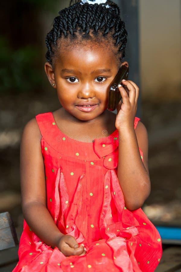 Zoet Afrikaans meisje op celtelefoon. royalty-vrije stock foto's