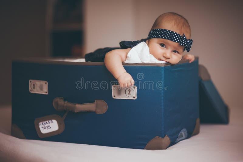 Zoet babymeisje in doos royalty-vrije stock foto