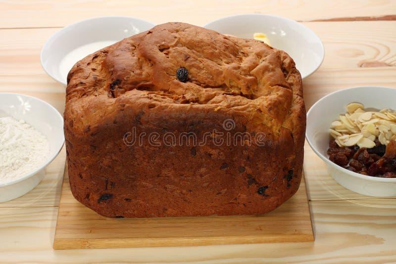 Zoet brood met rozijnen en amandelen, bloem, boter, ei, melk stock afbeelding