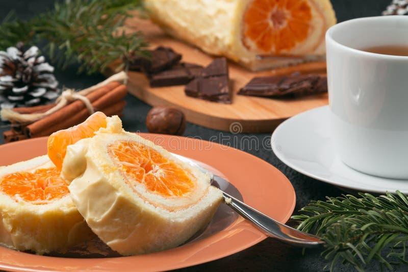 Zoet broodje met slagroom en van mandarijn het vullen en Kerstmis decoratie stock afbeeldingen