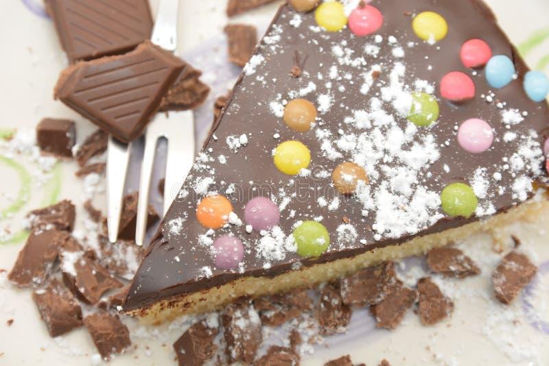 Zoet de cake eigengemaakt dessert van de stukchocolade met gekleurd het dessertvoedsel van de suikergoedpastei royalty-vrije stock afbeeldingen
