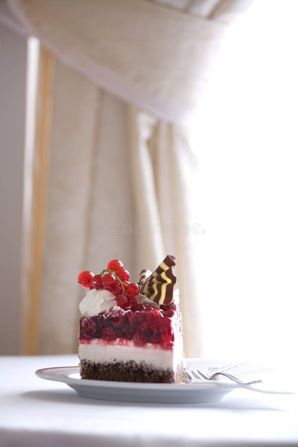 Zoet dessert met frambozen en bessen royalty-vrije stock foto