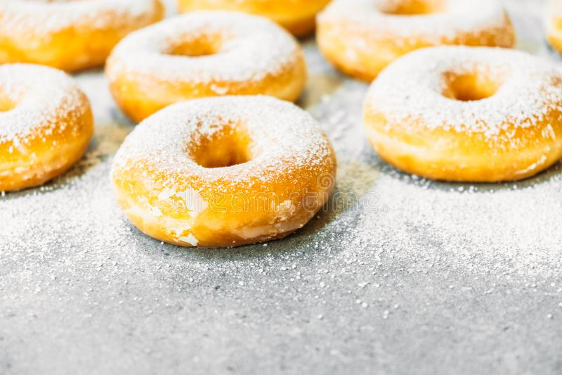 Download Zoet Dessert Met Vele Doughnut Stock Foto - Afbeelding bestaande uit suiker, berijpt: 107707238
