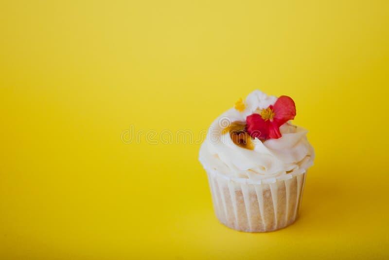 Zoet dessert op roze achtergrond, exemplaarruimte Cupcake met room, mooi en heerlijk royalty-vrije stock fotografie