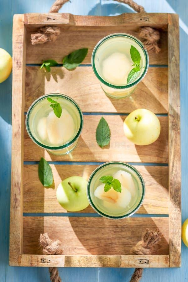Zoet die appelsap van verse vruchten wordt gemaakt royalty-vrije stock afbeeldingen