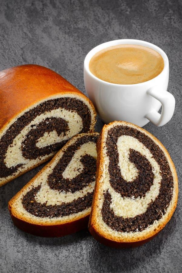 Zoet die broodje met papaverzaad wordt gevuld royalty-vrije stock afbeeldingen