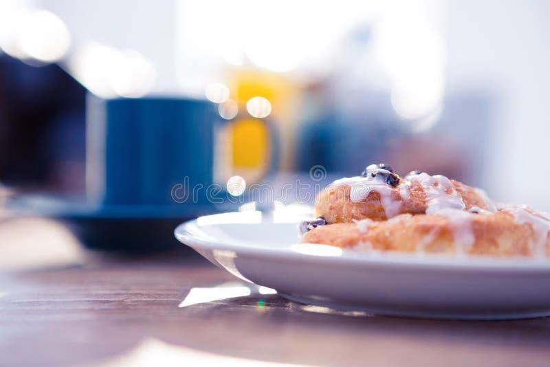 Zoet die voedsel in plaat door koffiekop wordt gediend royalty-vrije stock foto