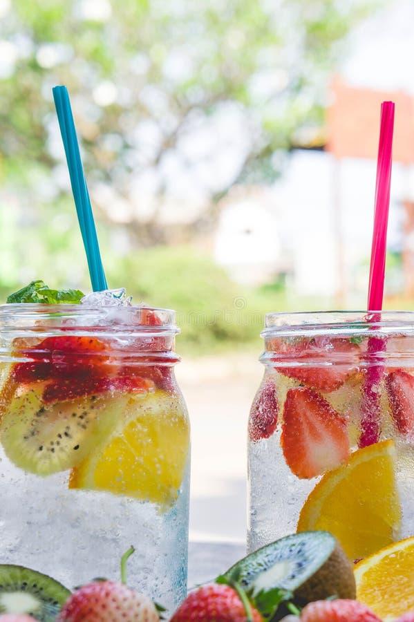 Zoet drinkt soda van fruit, bessen zoet water royalty-vrije stock afbeeldingen