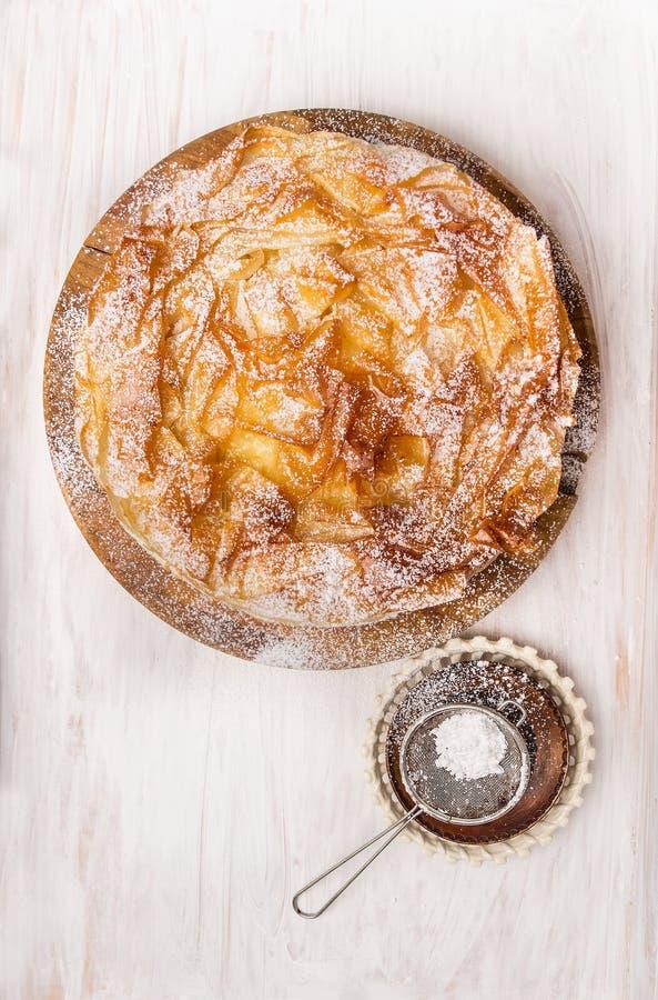 Zoet Filo-gebakjecake en Zeefje Spoon stock fotografie